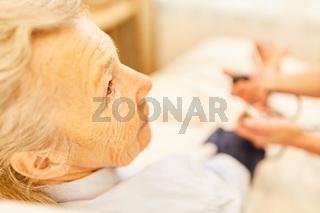 Senior Frau als Patient bei Blutdruckmessung