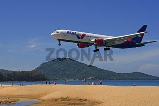 Flugzeug der Gesellschaft Azur Air im Landeanflug, Mai Kao Beach