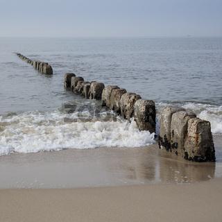Wellenbrecher an der Kueste