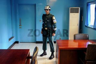 Panmunjom, Suedkorea, Ein suedkoreanischer Wachsoldat in der gemeinsamen Sicherheitszone (Joint Security Area)