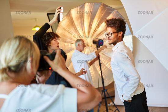 Fotografen Team und Model beim Fotoshooting
