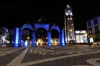 historisches Stadttor auf dem Largo de Goncalo Velho Cabral,im Hintergrund Hauptkirche Sao Sebastiao