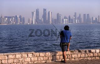 Doha, Katar, Blick von der Uferpromenade Doha Corniche auf die Skyline der Hauptstadt
