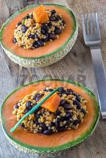Melonenhälften gefüllt mit Bulgursalat