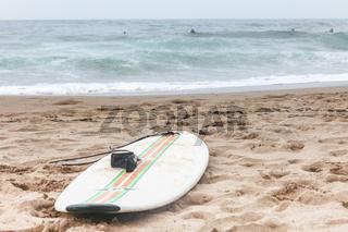 Surfbrett liegt am Strand