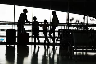Familie wartet in der Flughafen Ruhezone auf ihren Flug