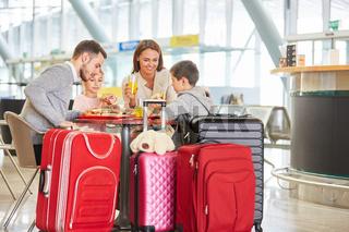 Familie mit Kindern beim Essen im Flughafen Restaurant