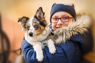 Mädchen hält Hund im Arm