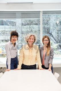 Drei erfolgreiche Business Frauen und Azubis